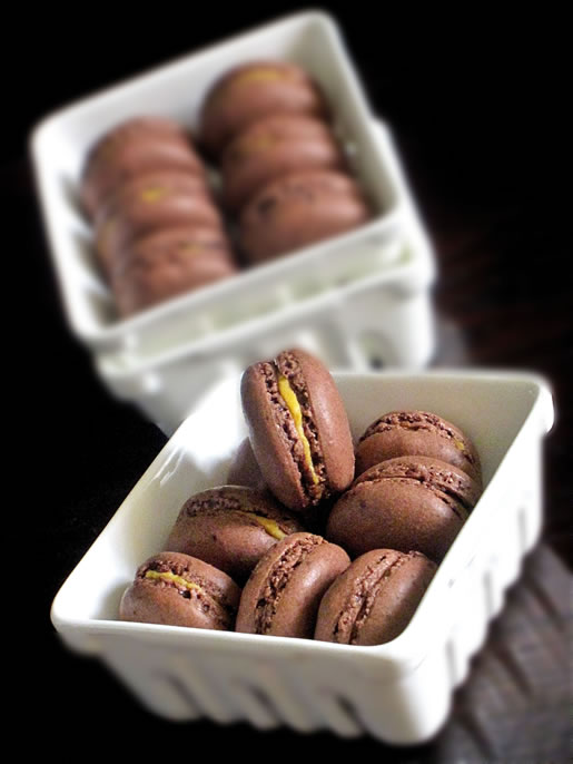 fall into the mac – chocolate macaron w pumpkin cream