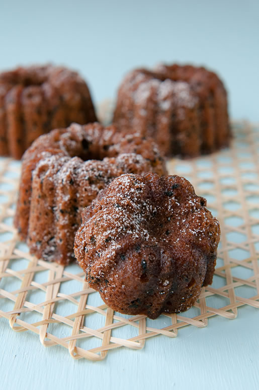 panic in the kitchen – orange-black sesame bundt cakes